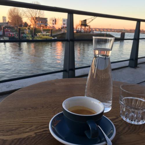Recept tegen jetlag: goede koffie en zo lang mogelijk in de zon.